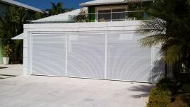 Portão basculante em réguas de alumínio com pintura eletrostática, automático, eletrônico