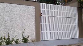 Portão basculante em réguas verticais de alumínio com pintura eletrostática, automático, eletrônico
