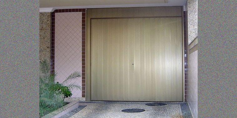 Portão Automático a partir de R$ 6.050,00, com 2 controles.