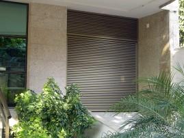Portão basculante em veneziana, de alumínio anodizado, automático, eletrônico