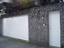 Portão basculante em veneziana, de alumínio com pintura eletrostática, automático, eletrônico